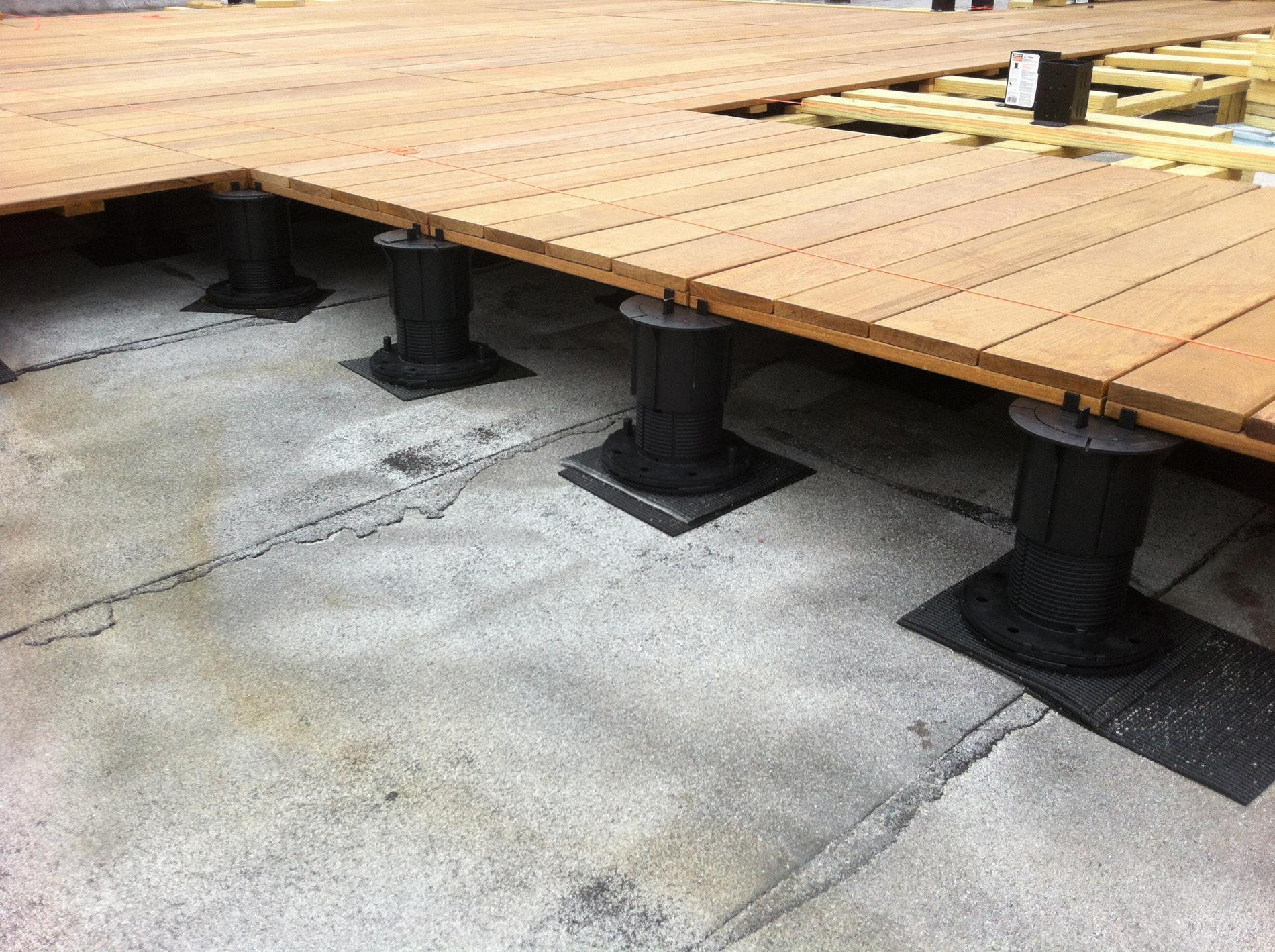 High Quality Pedestal Decking System Detail Of Struts Holding Deck To Elevation On Roof
