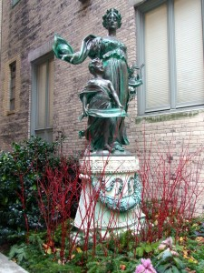 statue-winter-plantings